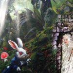 אירוע קונספט - אליסה בדלת כניסה עם ציור קיר