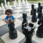 אירוע קונספט - ילד עם כלי שח-מט ענקיים