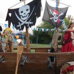 אירוע קונספט -ספינה עם דגלי שודדים