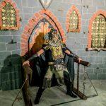 אירוע קונספט - איש מפחיד בפתח הטירה