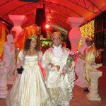 אירוע קונספט - מלך ומלכה בשילוב ידיים